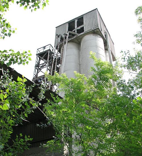 Тот самый - заброшенный цементный завод...